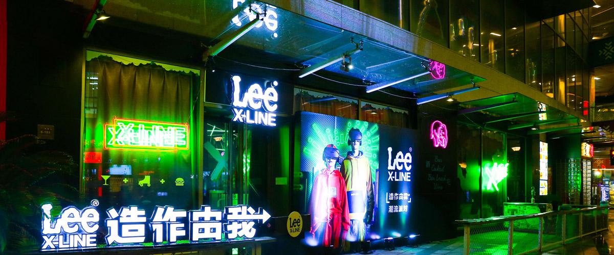 用巧思呈现不同风格装束,演绎X-LINE多样穿搭法则。拥有130年历史的Lee一直以创新和变革引领时代潮流,而以X命名的X-LINE系列..